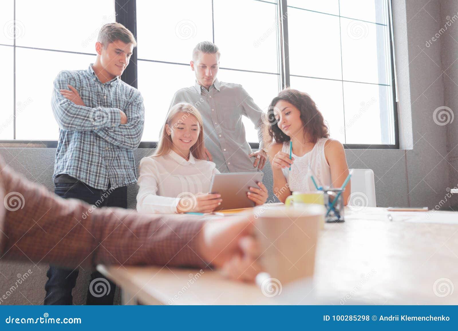 De beambten bespreken verdere ontwikkeling van het bedrijf