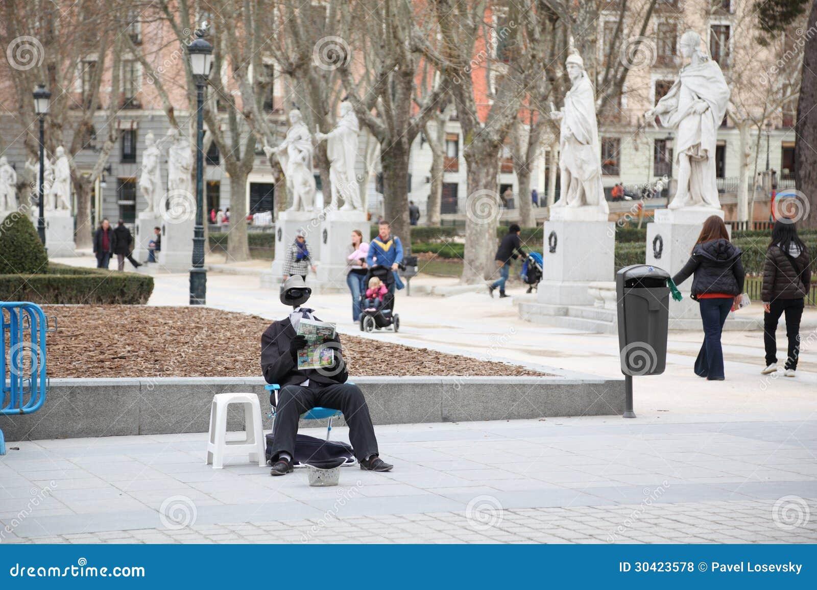 De bedelaar zonder hoofd leest krant