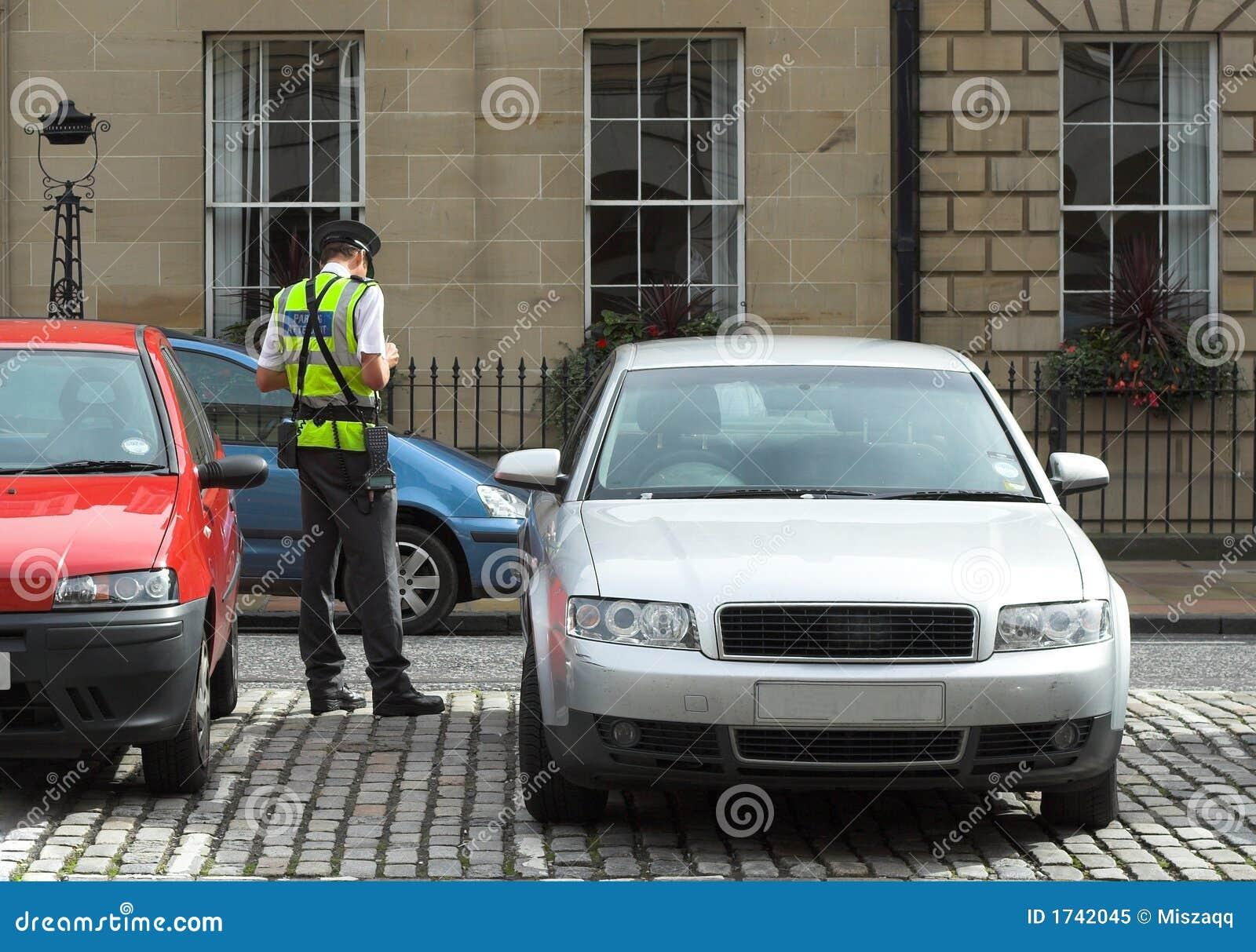 De bediende van het parkeren, verkeershoofd, dat kaartjes fijn mandaat krijgt