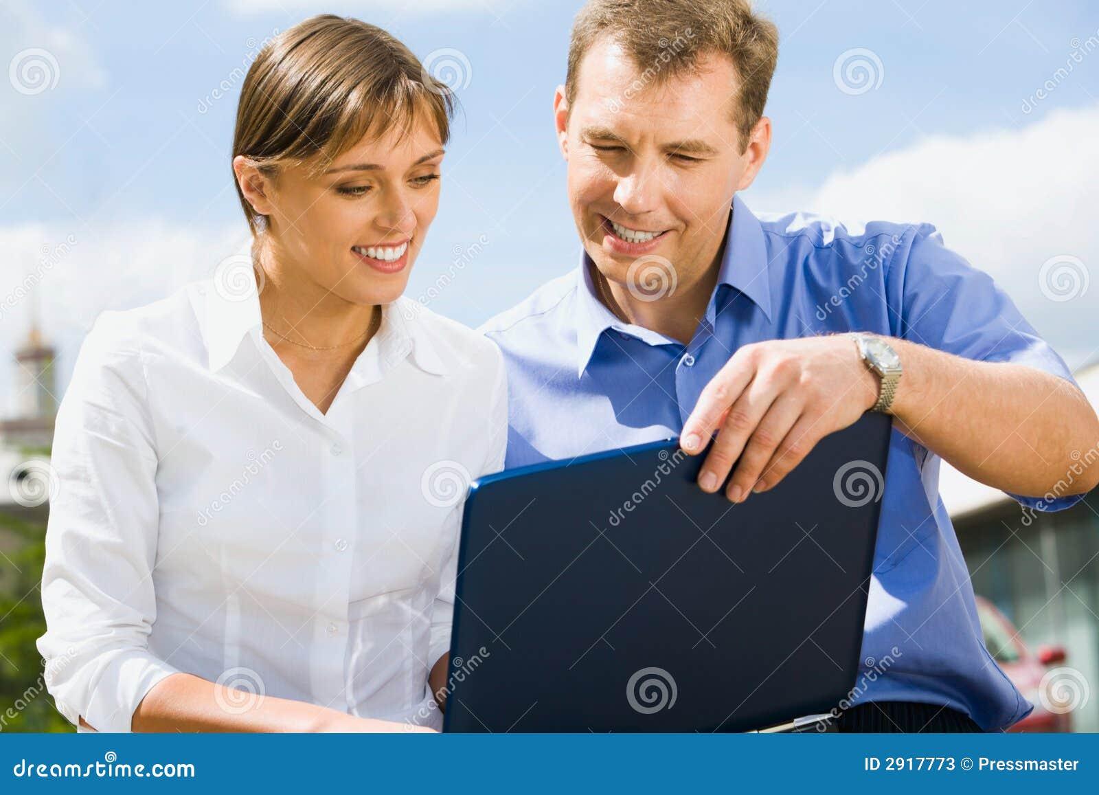 De bedrijfs mens leidt collega op
