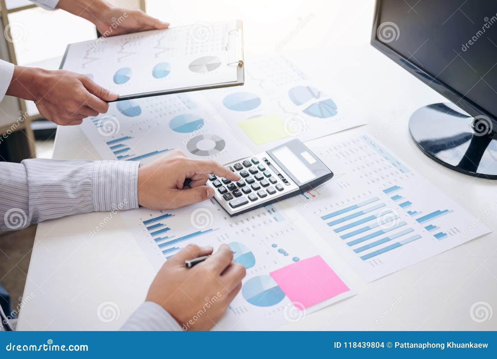De bedrijfsaccountant of de bankier, partner berekent en