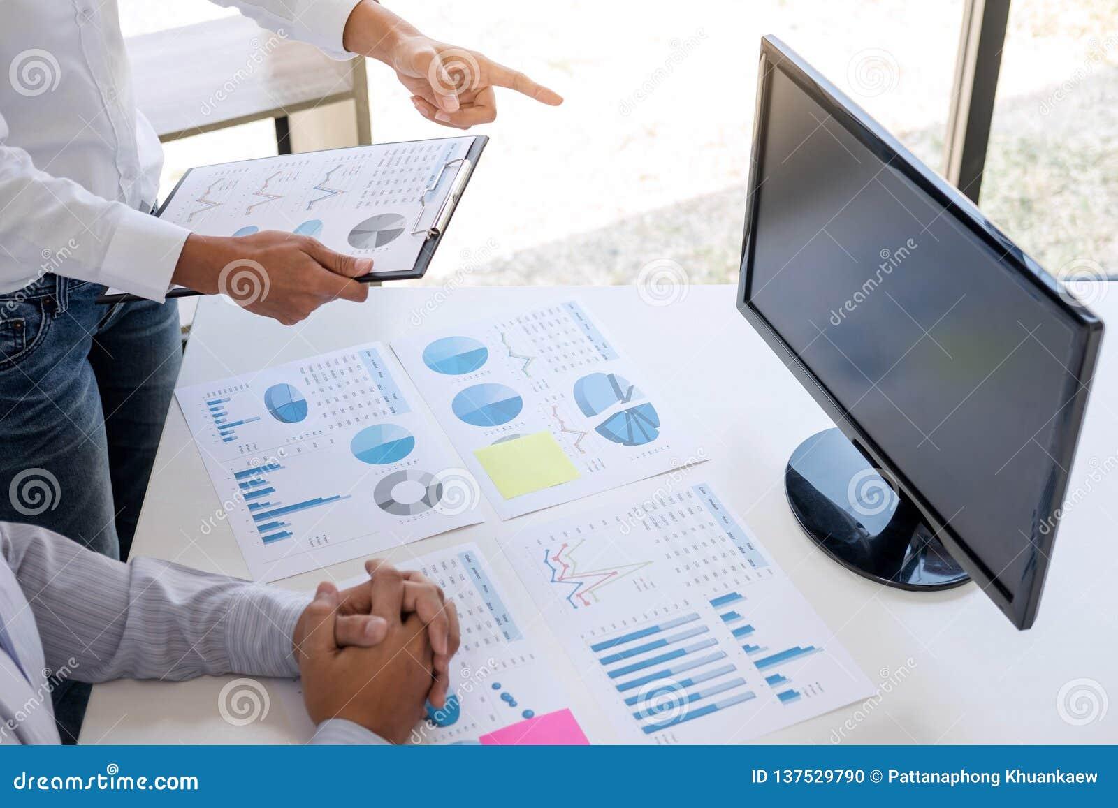 De bedrijfsaccountant of de bankier, partner berekent en analyse met voorraad financiële indexen en financiële kosten wijselijk e