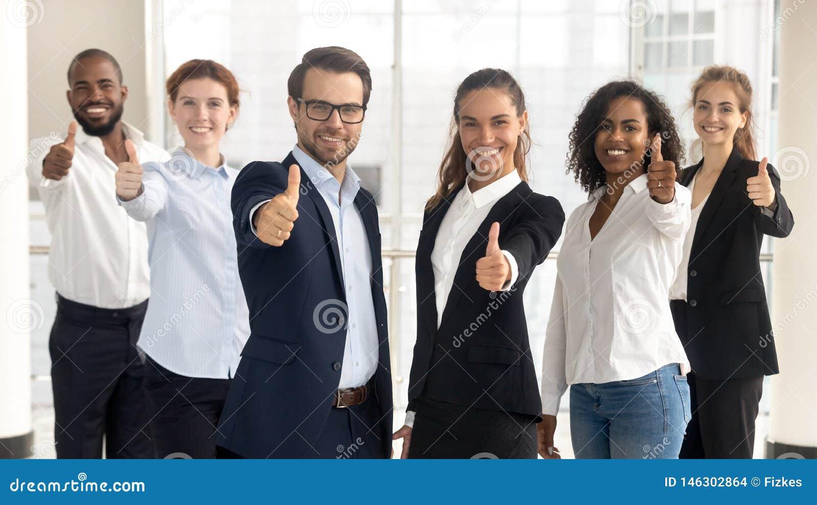 De bedrijfsleiders met werknemers het tonen beduimelt omhoog het bekijken camera