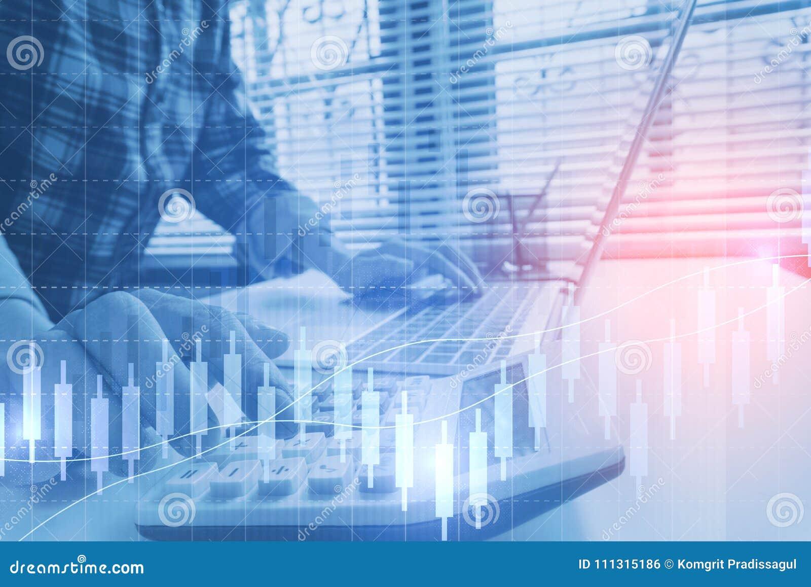 De bedrijfsmens berekent over kosten en het doen van financiën op kantoor