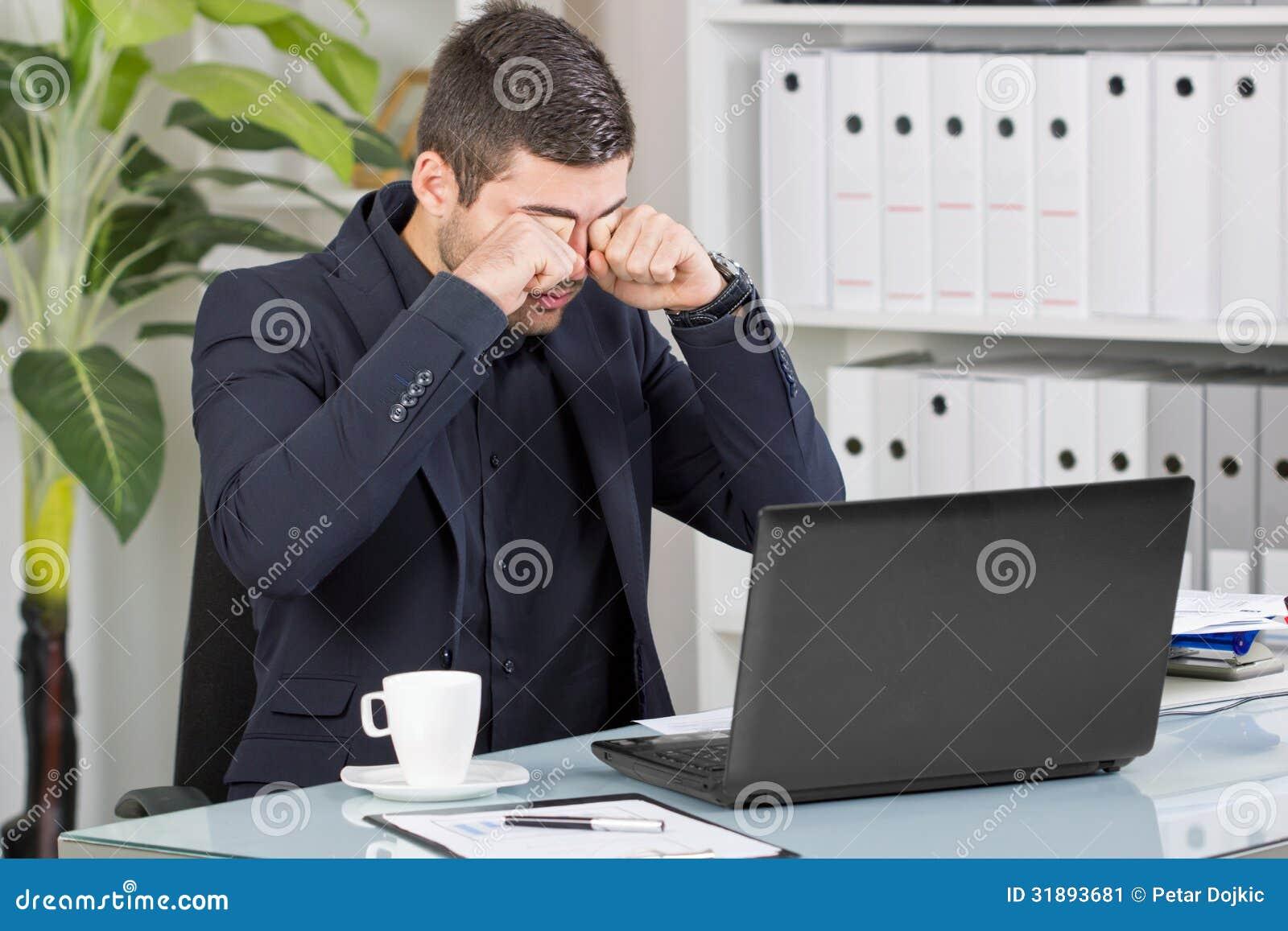 De bedrijfsmens wrijft zijn ogen van het slechte nieuws op het kantoor stock afbeelding - Decoreer zijn professionele kantoor ...