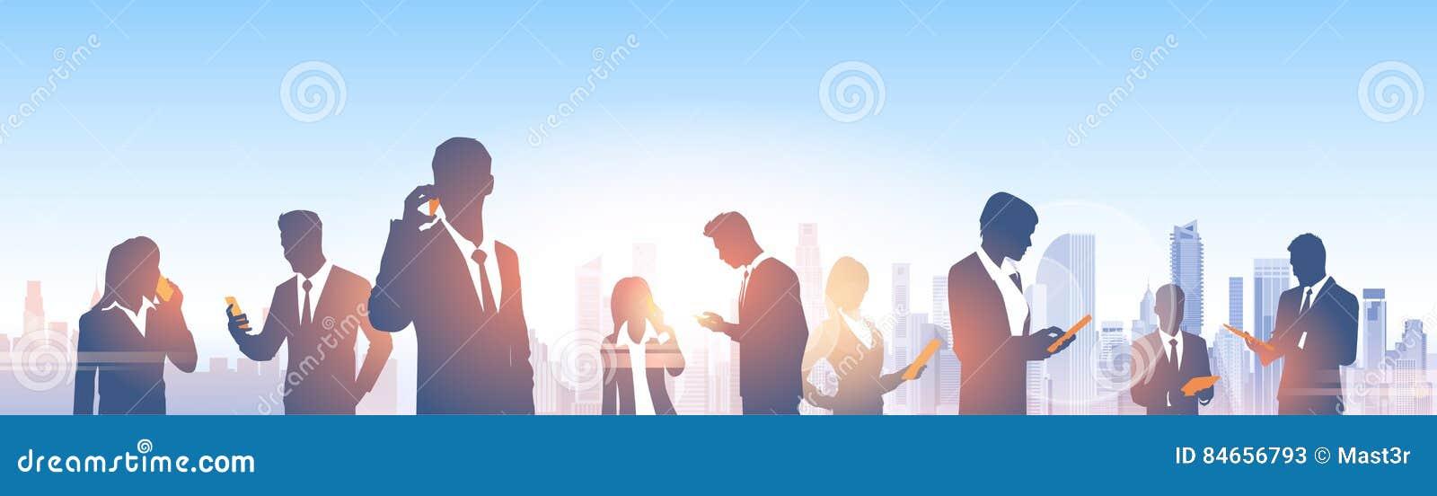 De bedrijfsmensen groeperen Silhouetten over Modern het Bureau Sociaal Netwerk van het Stadslandschap