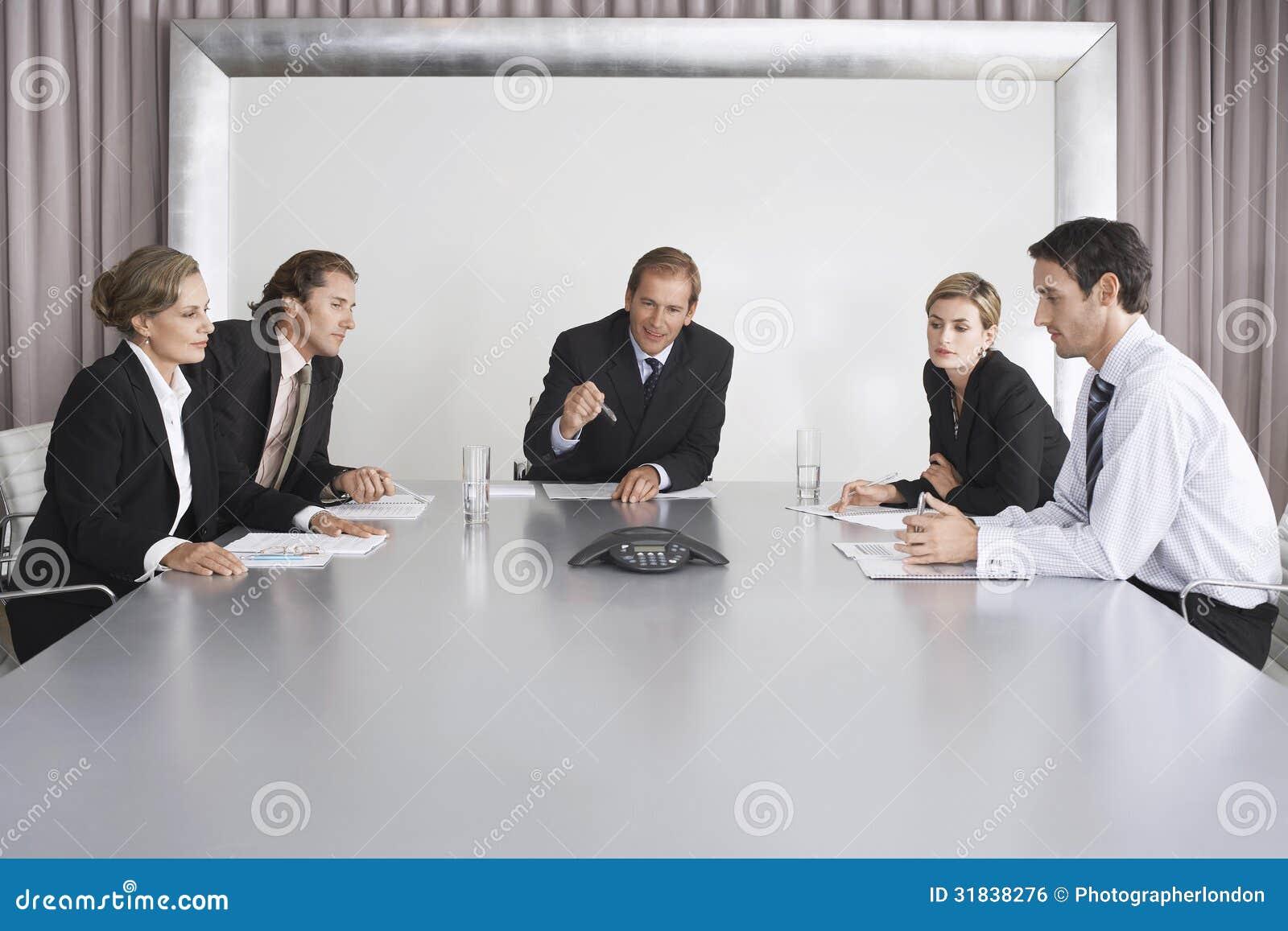 De bedrijfsmensen op Conferentie roepen