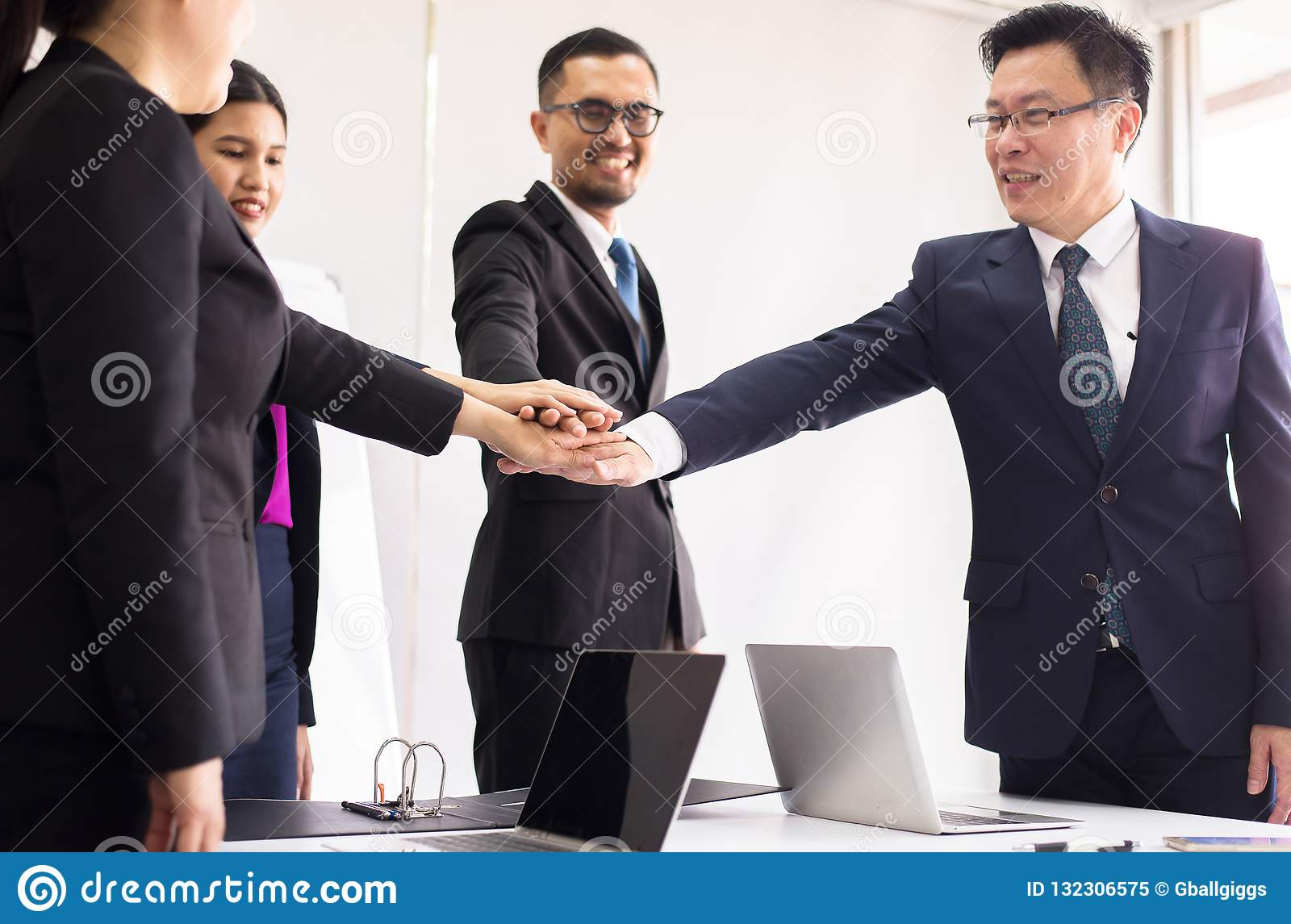 De bedrijfsmensen sluiten zich aan handen bij succes voor het behandelen in bureau, het Teamwerk om doelstellingen, Handcoördinat