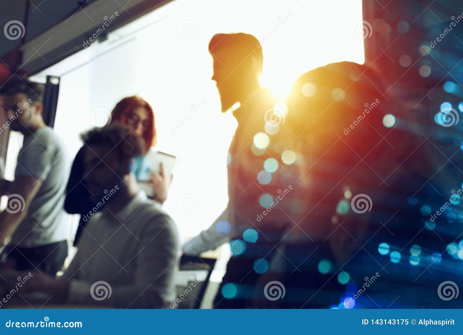 De bedrijfsmensen werken samen in bureau samen Dubbele blootstellingsgevolgen