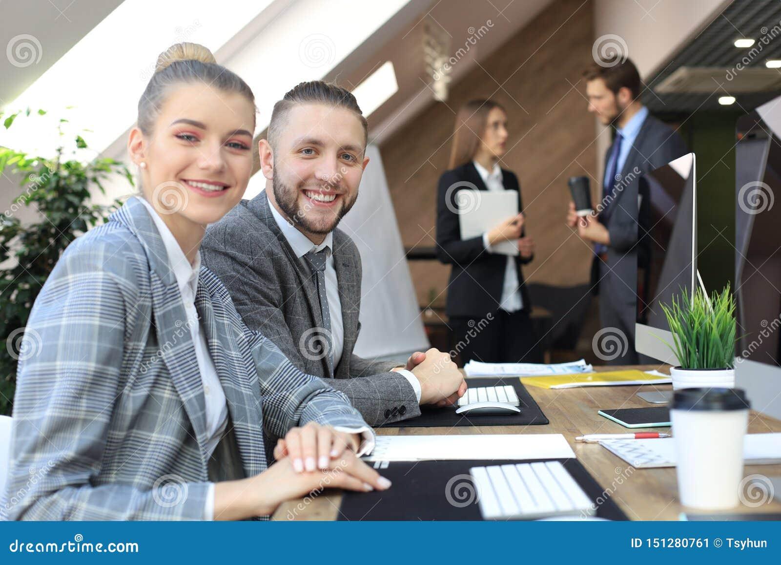 De bedrijfsvrouw met haar personeel, mensen groepeert zich binnen op achtergrond op modern helder kantoor
