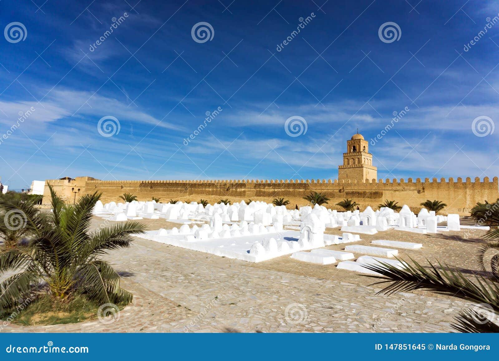 De Begraafplaats van Ouledfarhane met achtergrond van de Grote Moskee in Kairouan, Tunesië