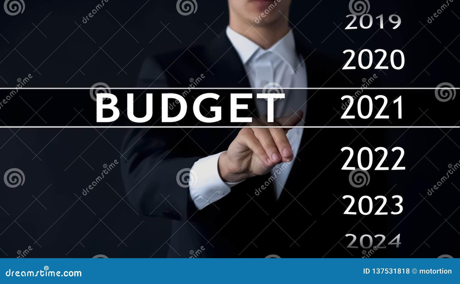 De begroting van 2021, zakenman selecteert dossier op het virtuele scherm, jaarlijks financieel verslag