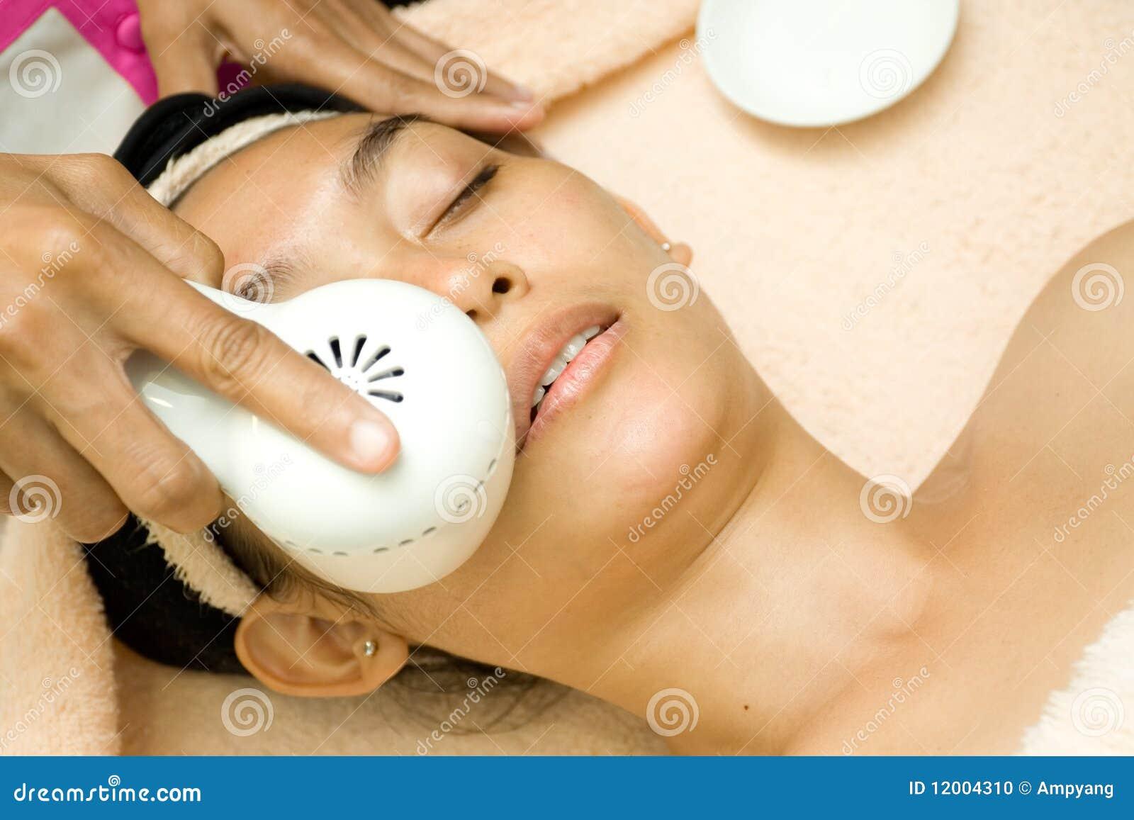 De behandeling van het gezicht met collageenserum