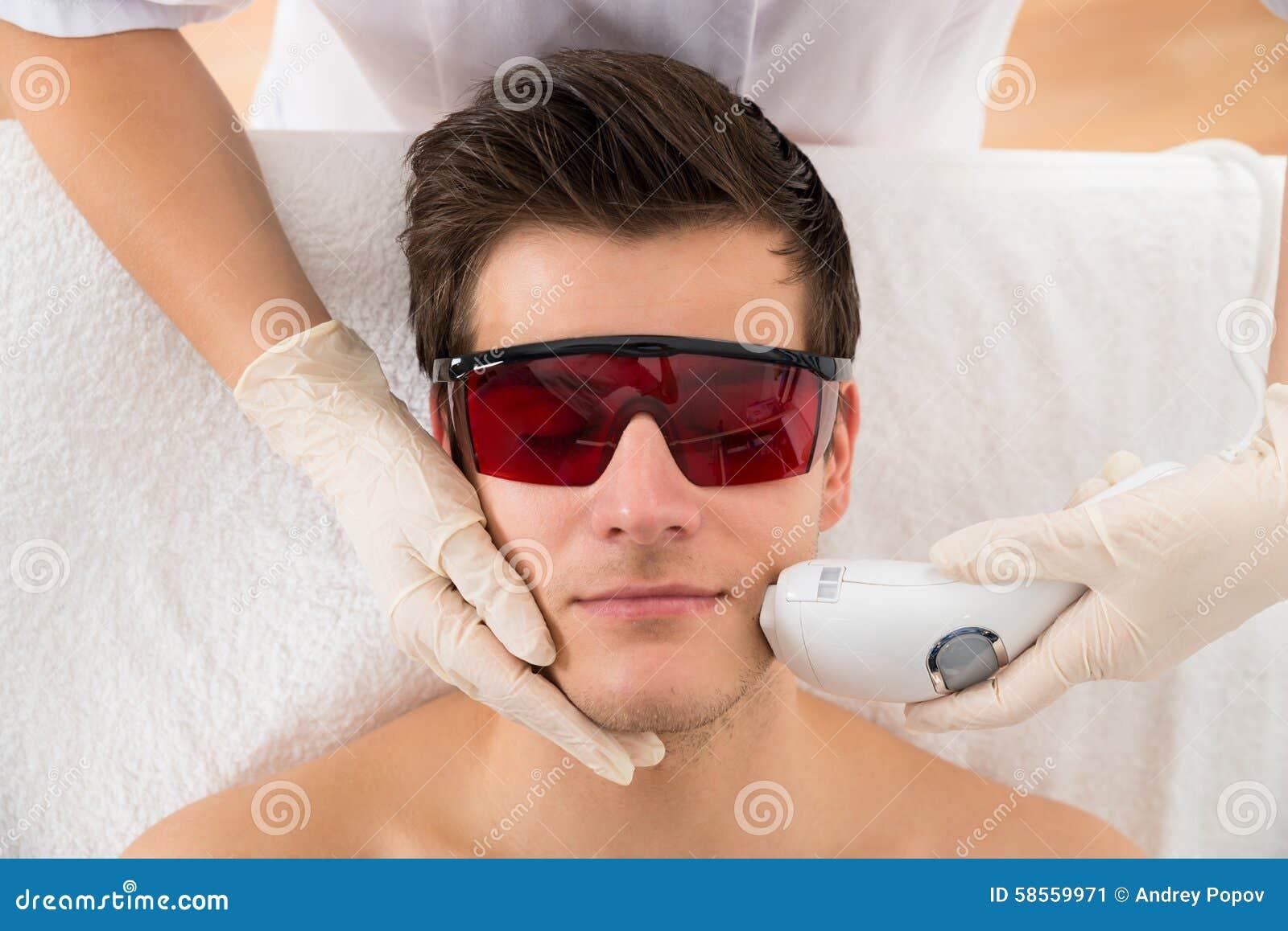 De Behandeling van schoonheidsspecialistgiving laser epilation aan Mensengezicht