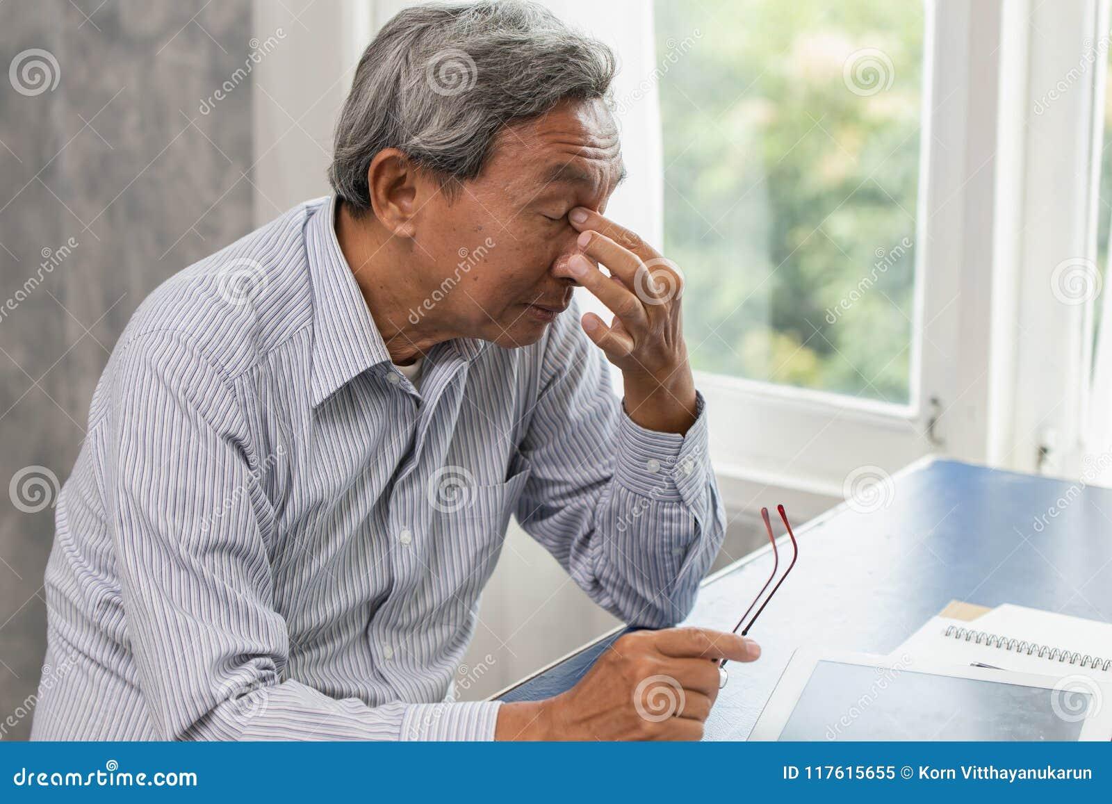 De bejaarden beklemtonen vermoeid en holding zijn neus aan de moeheid van de sinuspijn lijdt