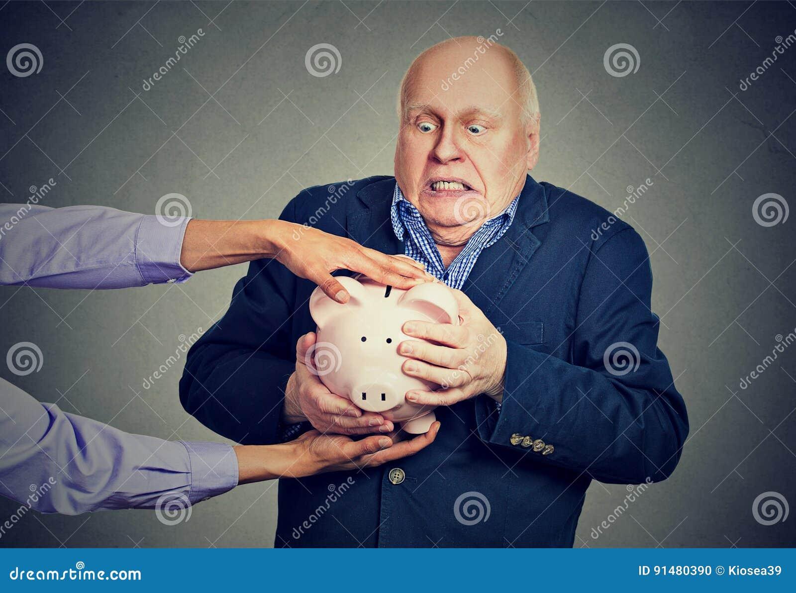De bejaarden verstoren het doen schrikken spaarvarken die van de bedrijfsmensenholding zijn besparingen tegen wordt gestolen prob