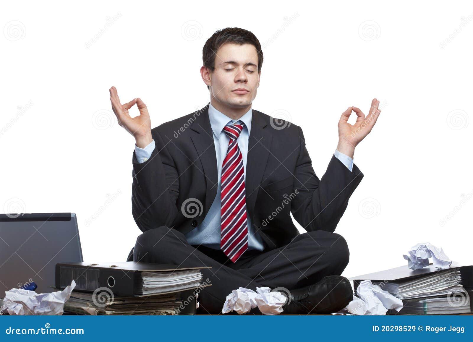 De beklemtoonde bedrijfsmens mediteert bij bureau in bureau