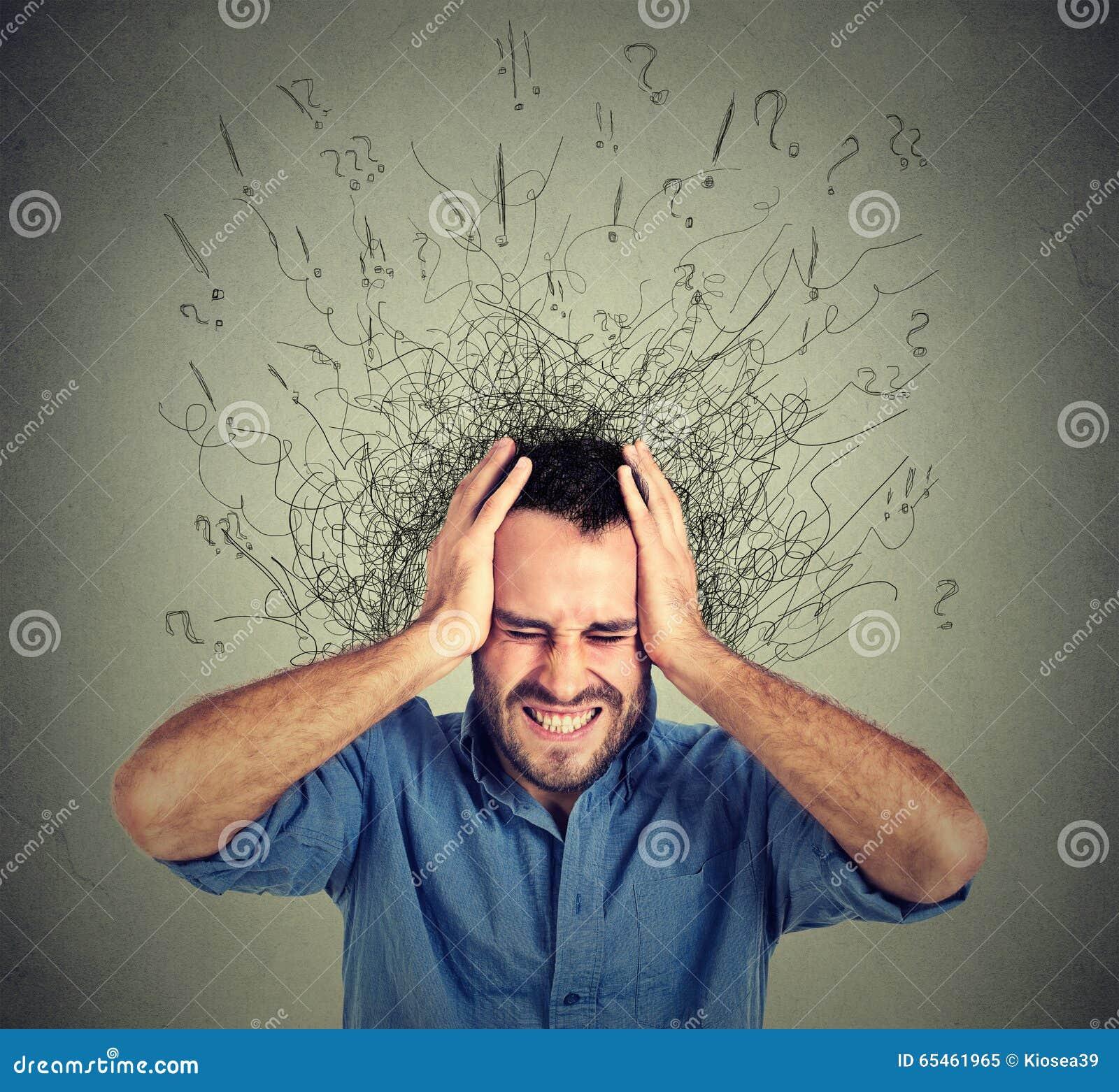 De beklemtoonde verstoorde mens gefrustreerd heeft teveel gedachten met hersenen die in lijnen smelten
