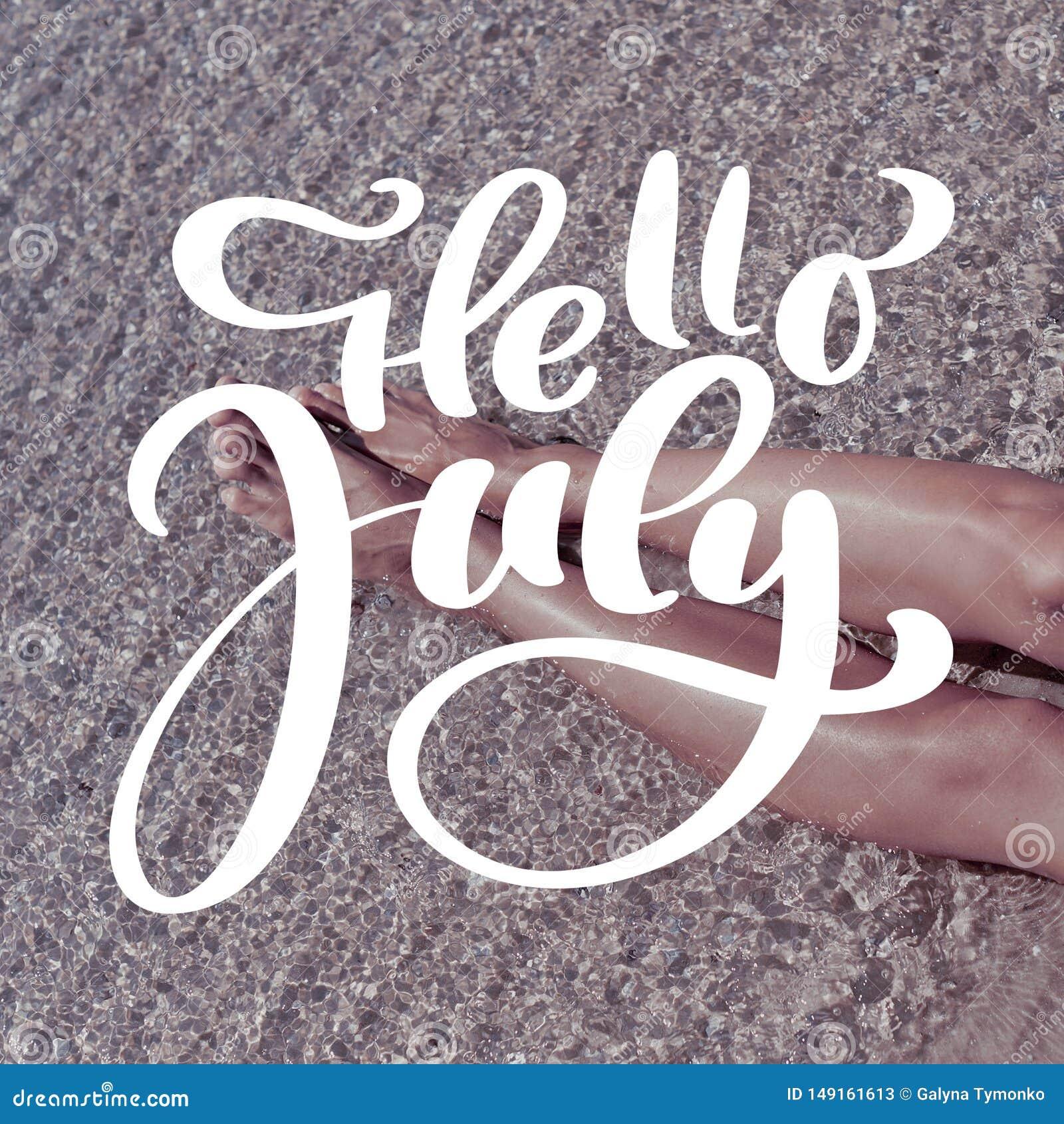 De benen van de vrouw op zand van strand Malplaatje voor sociaal netwerken instagram verhaal De hand getrokken tekst Hello Juli v