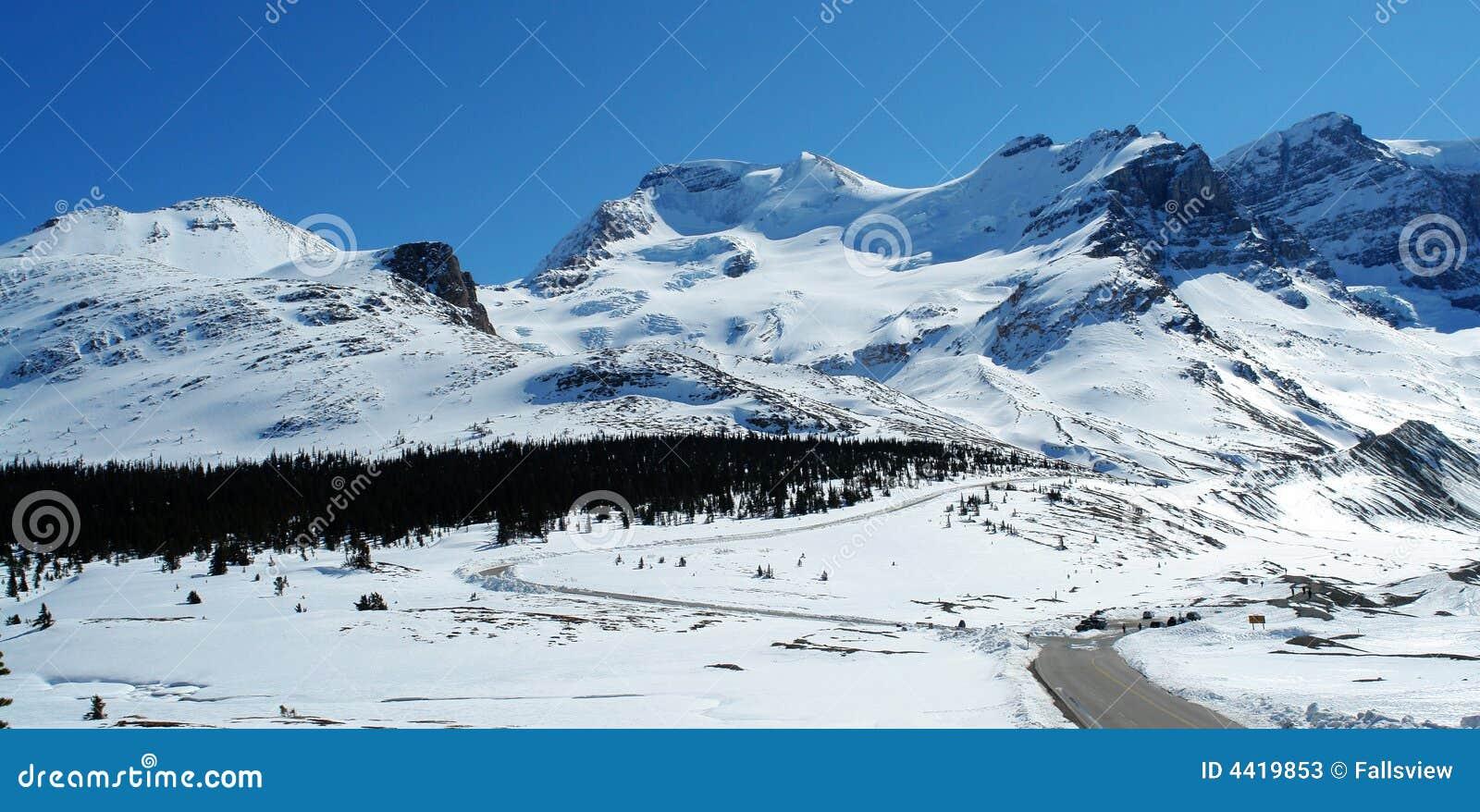 De berg en de weg van de sneeuw