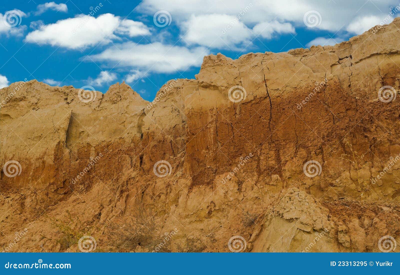 De berg van de klei in een open kuil