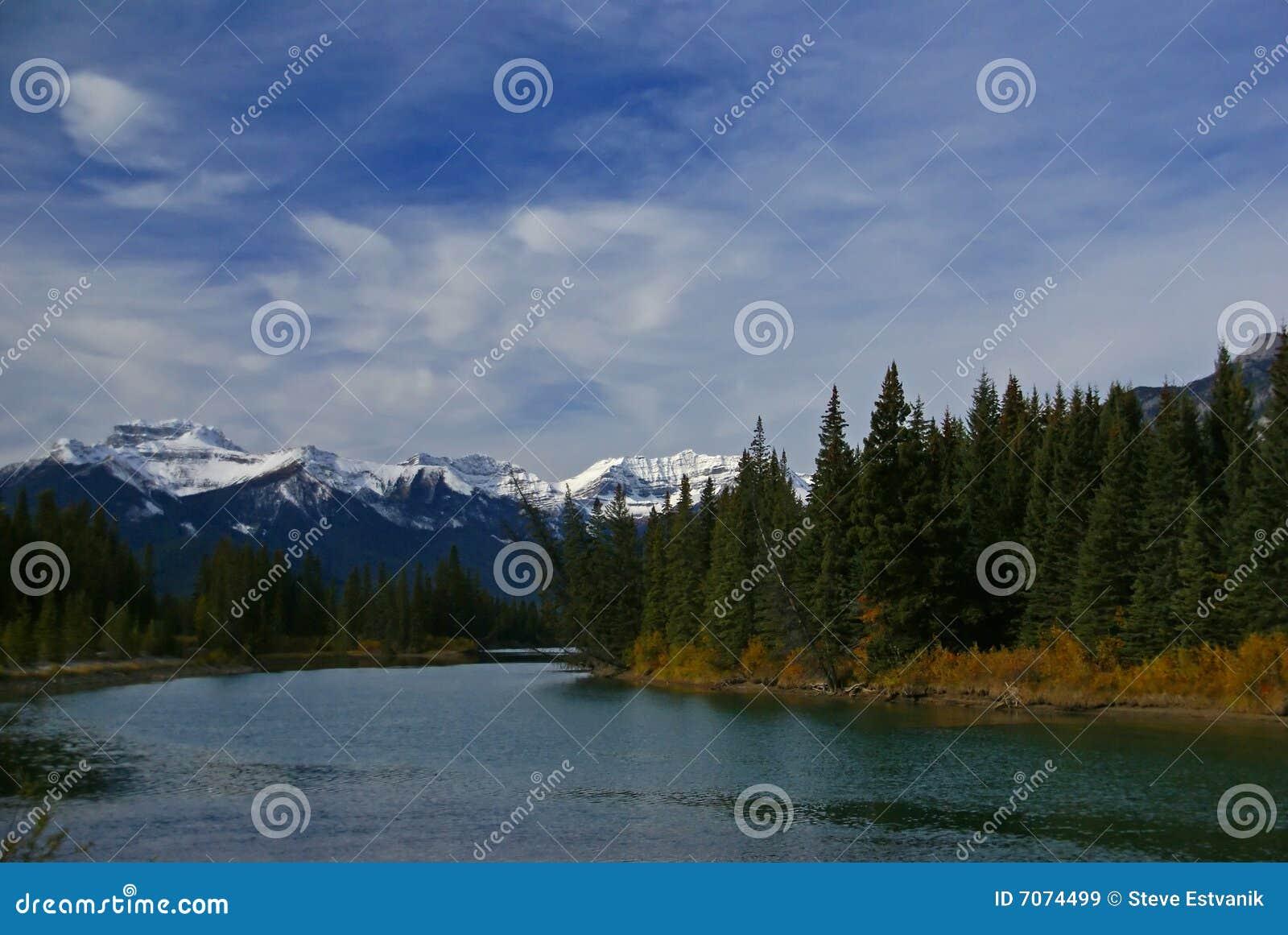 De Berg van de Squaw van Stoney, met de Rivier van de Boog