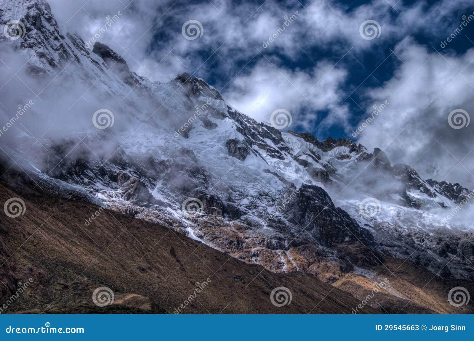 De berg van Salcantay op de sleep in HDR