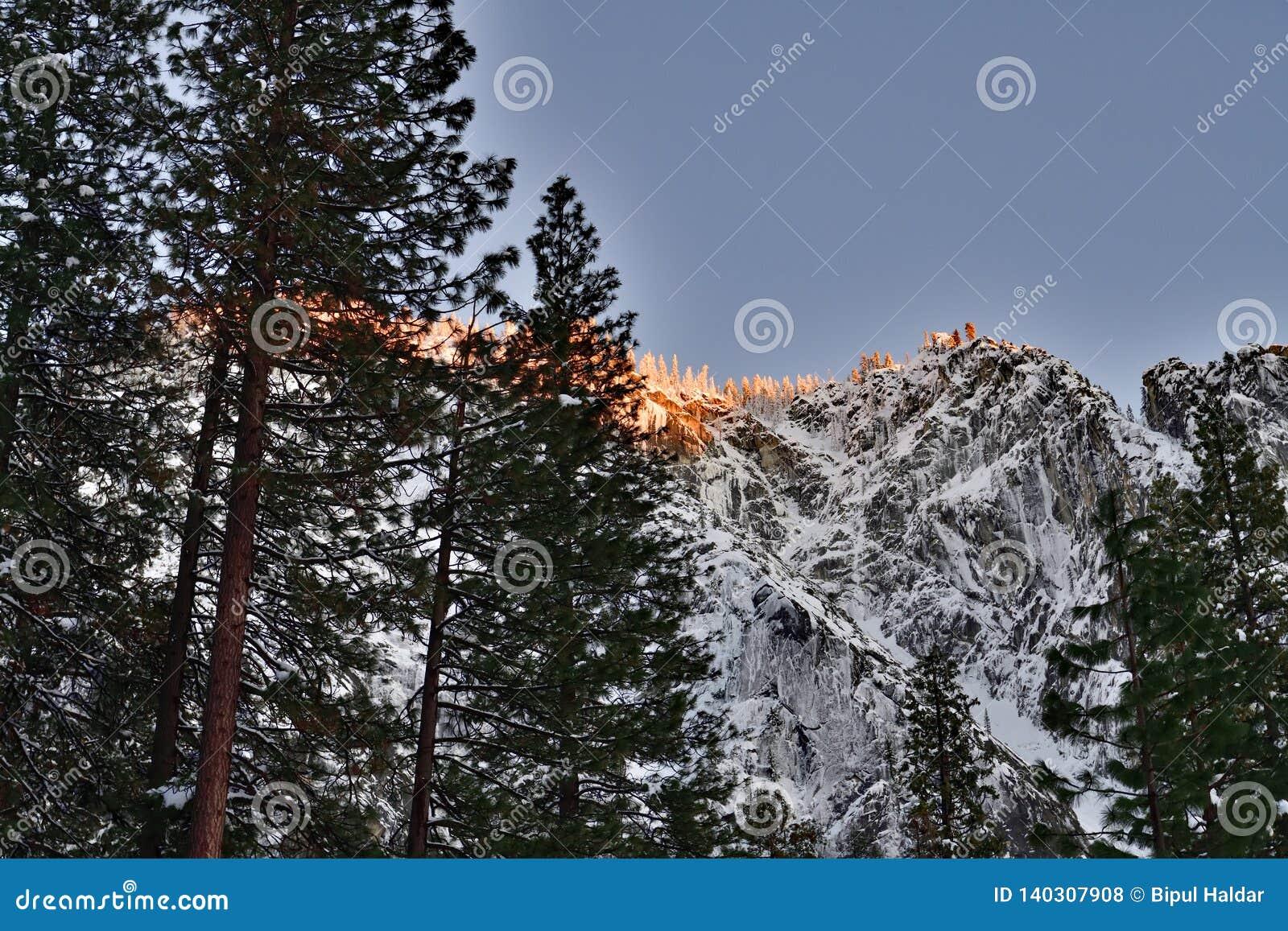 De Bergbovenkant tegengesteld aan Horsetail Daling bij het Nationale Park van Yosemite