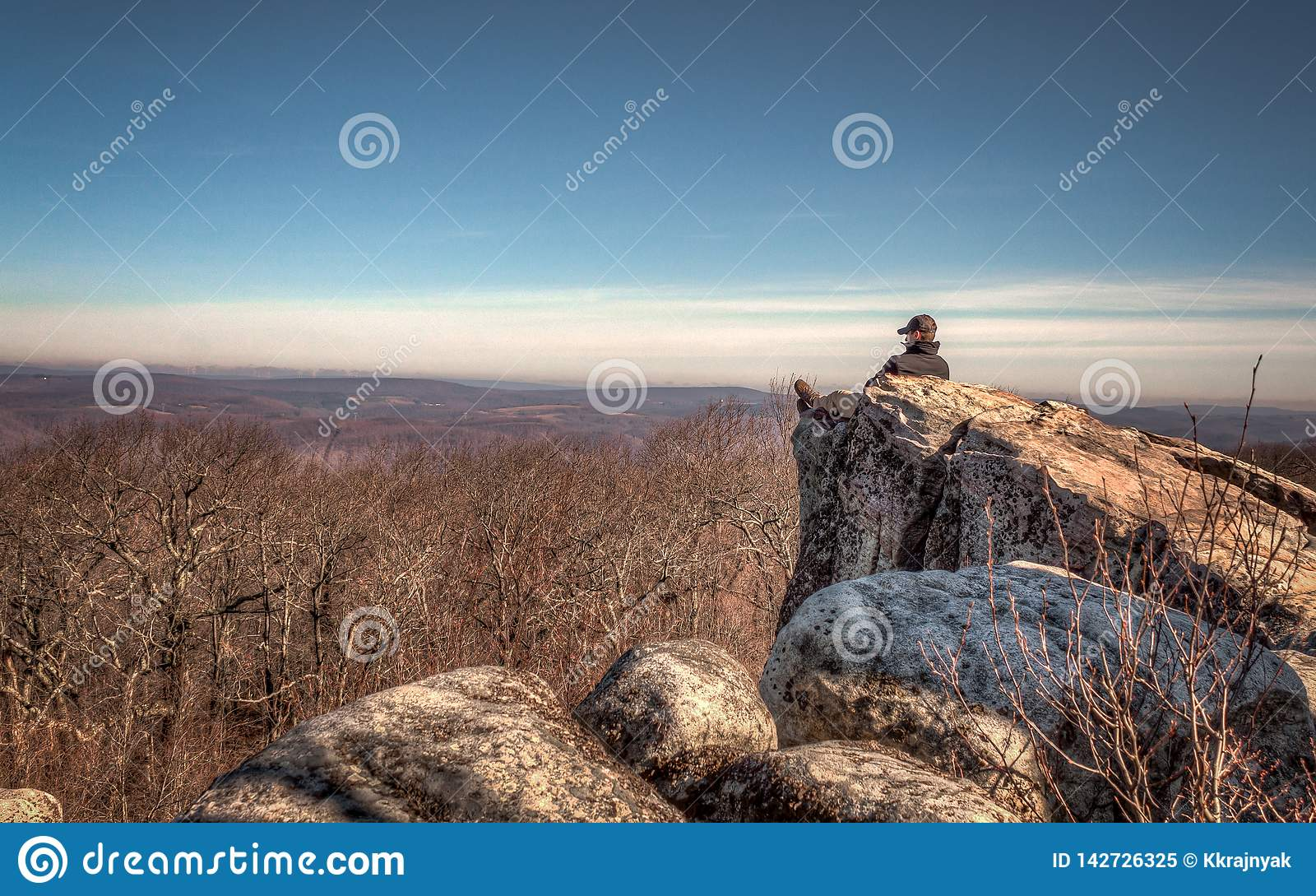 De bergeenzaamheid, Hoge Rotsen overziet