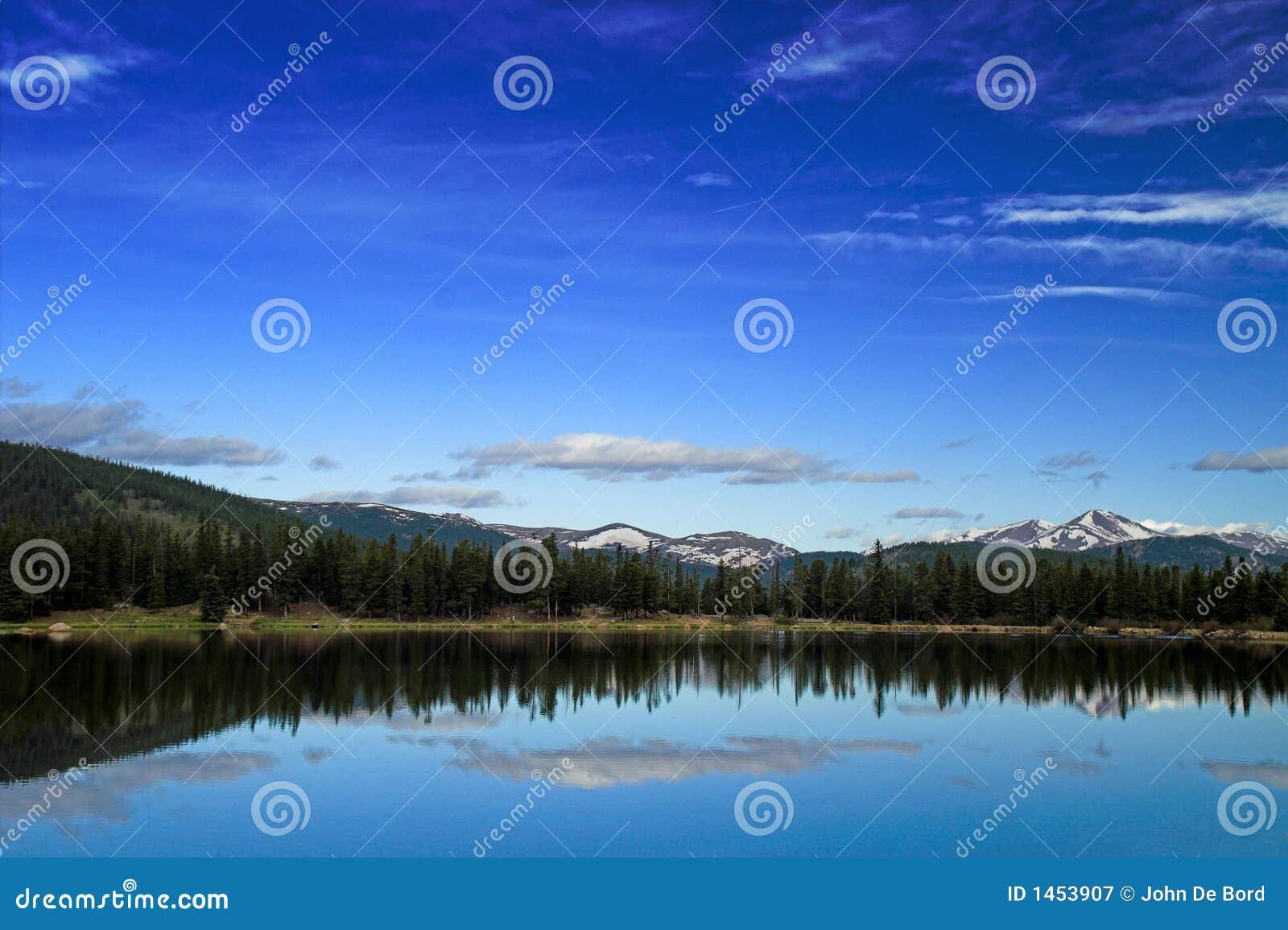 De bergen en het meer van Colorado