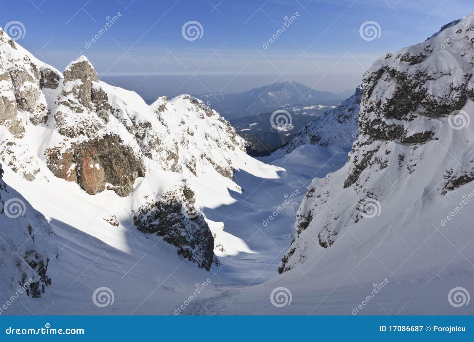De bergvallei van de winter