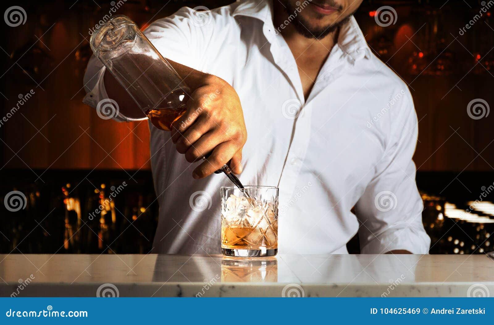 Download De Beroeps Bij De Bar Bereidt Gemengde Dranken Voor Zijn Gasten Voor Stock Afbeelding - Afbeelding bestaande uit vrij, making: 104625469