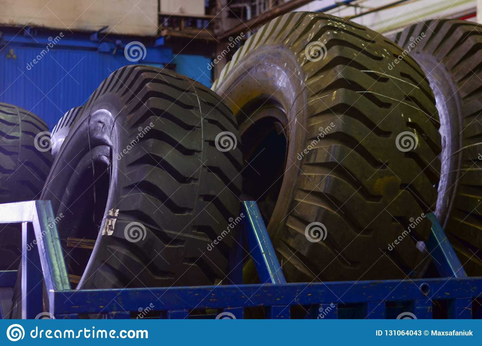 De beschermer van een groot rubberwiel Reusachtige rubber de stortplaatsvrachtwagens van de bandcarrière, mijnvrachtwagens van de