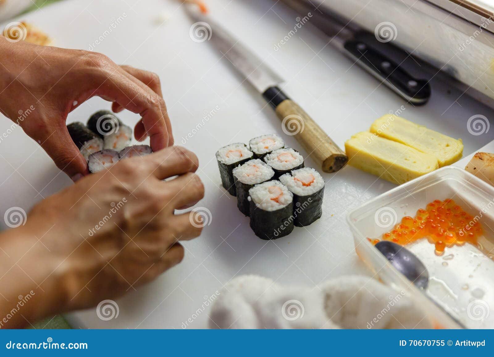 De besnoeiing Kani Sushi Rolls Ready voor dient