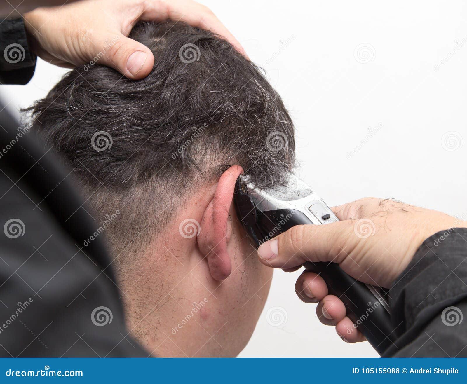 De besnoeiing van het de mensen` s haar van kapperbesnoeiingen