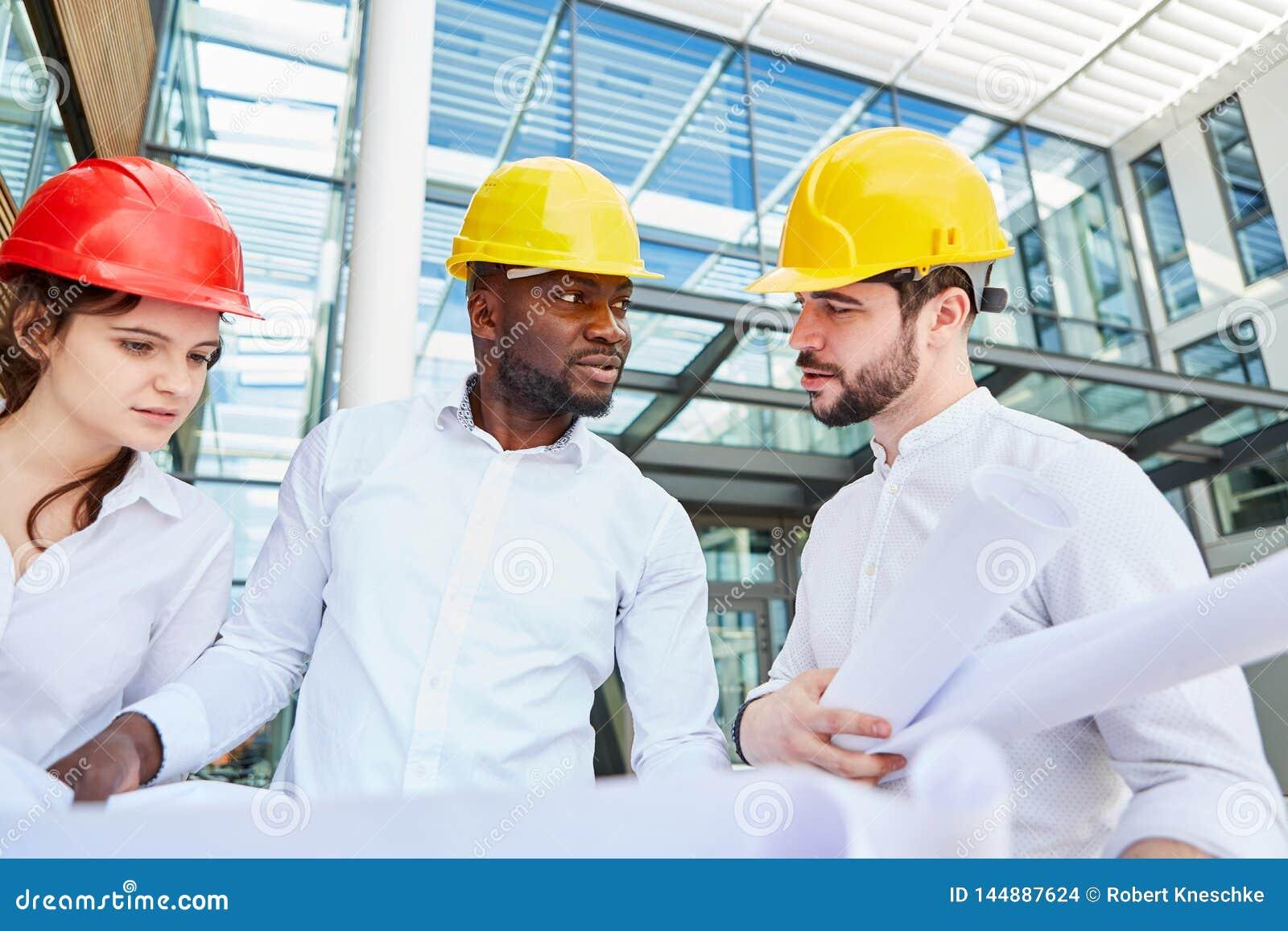 De besprekingen van de plaatsmanager aan architect en ingenieur