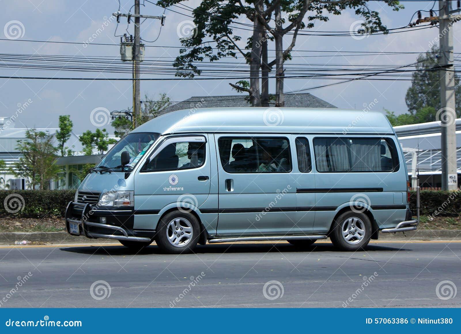De bestelwagen van de schoolbus