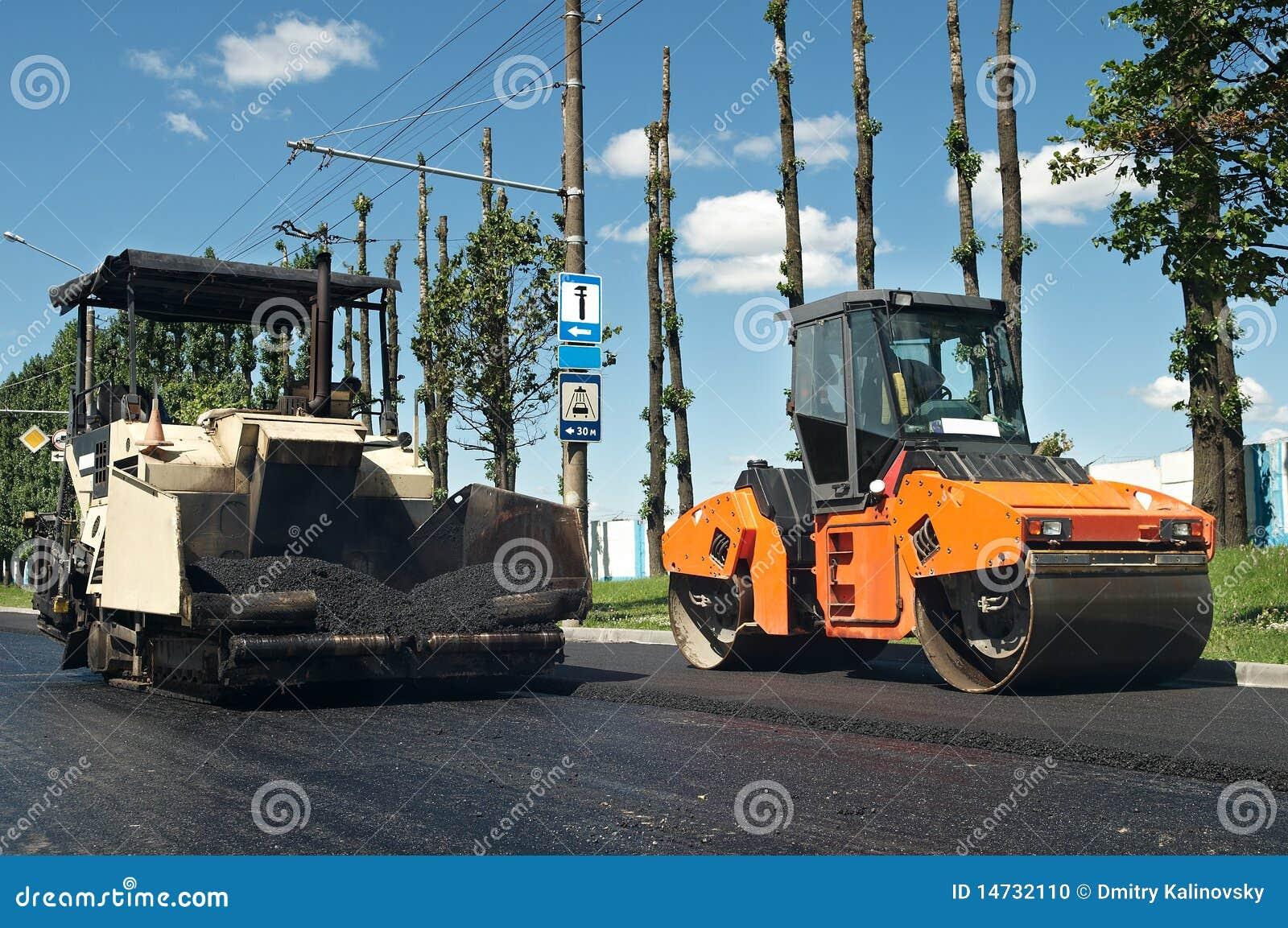 De bestratingsmachines van het asfalt op het werk