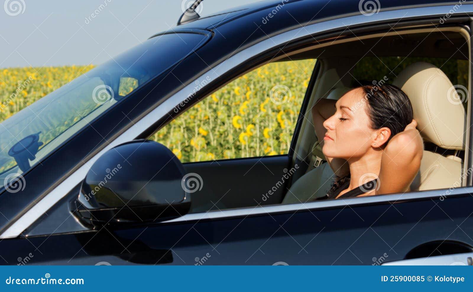 De bestuurder die van de vrouw achter het stuurwiel rust
