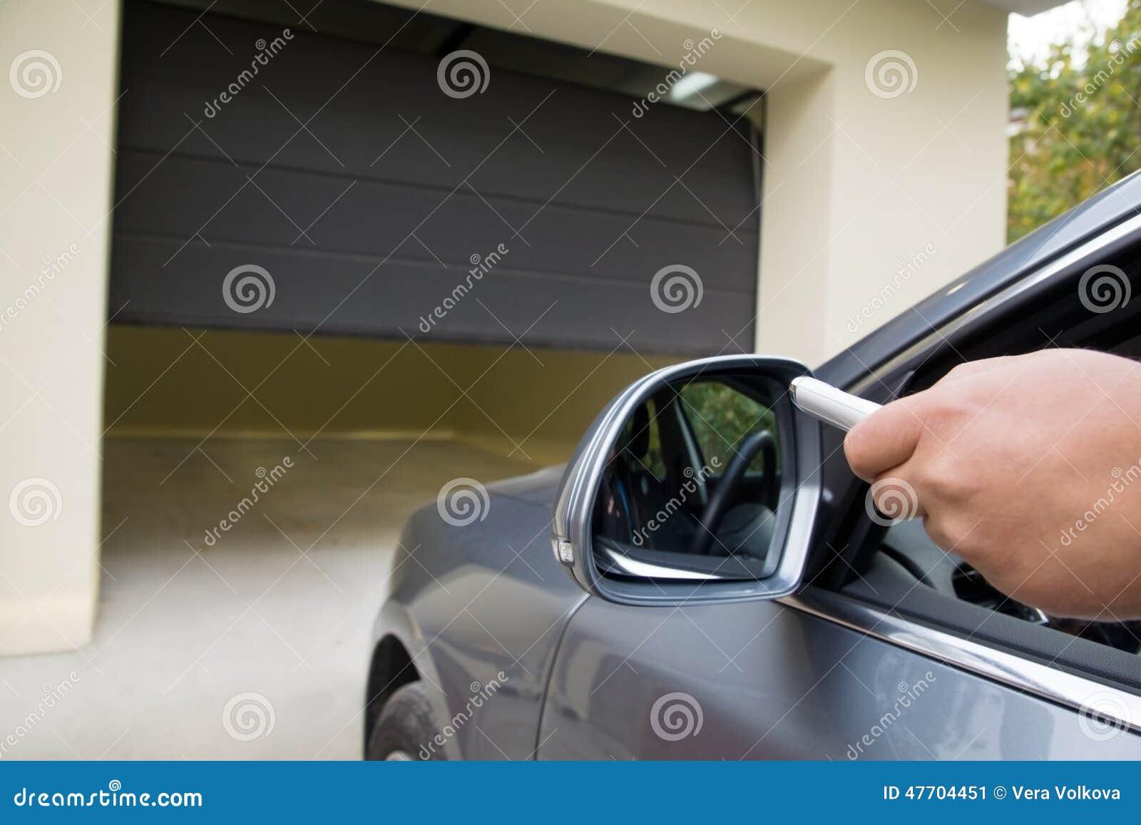 Garage Opener Afstandsbediening : De bestuurder opent de garage met afstandsbediening stock