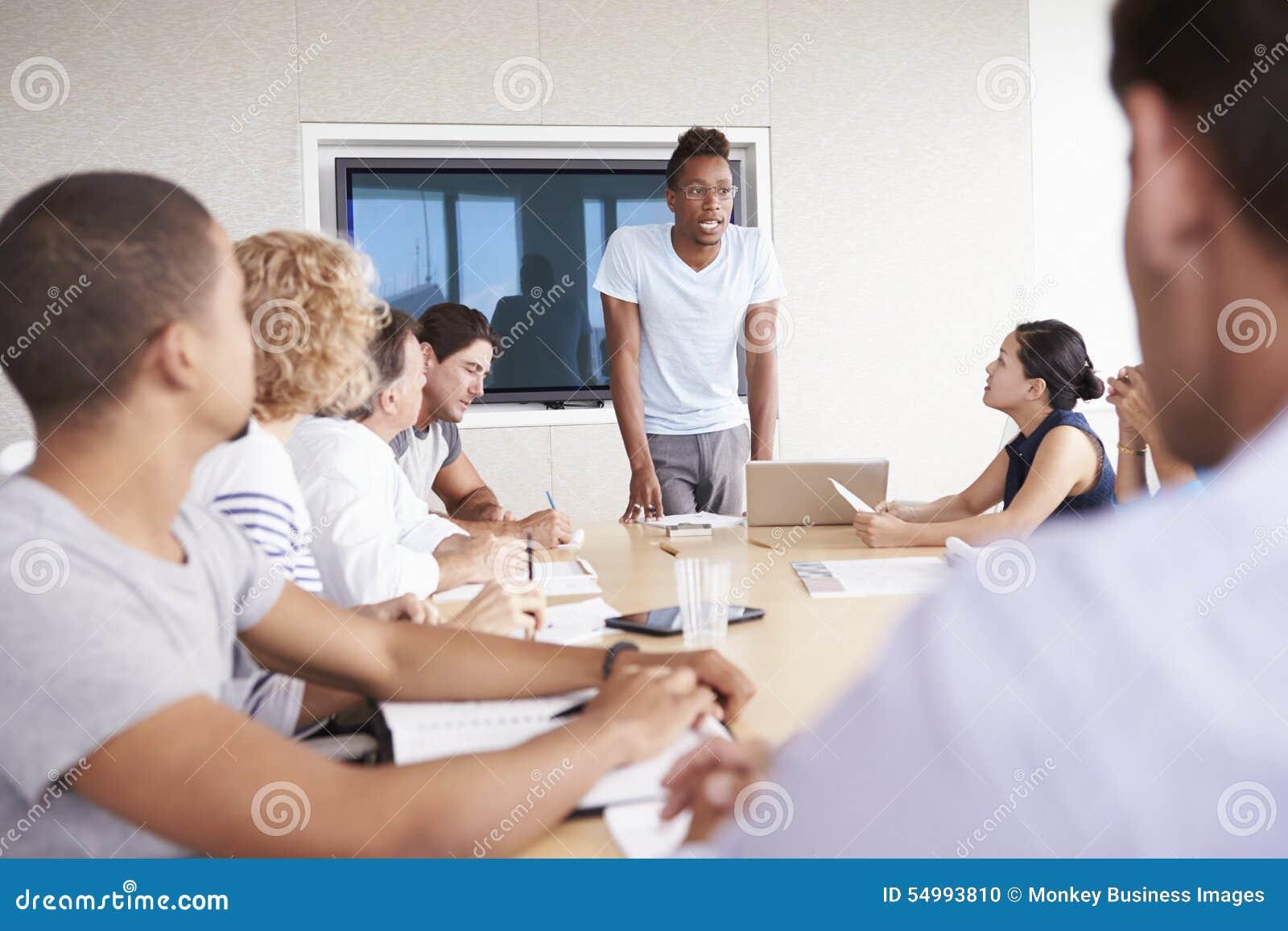 De Bestuurskamervergadering van zakenmanby screen addressing
