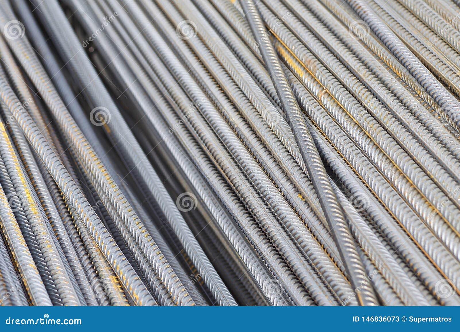 De betonstalen met een periodiek profiel in de pakken worden opgeslagen in het pakhuis van metaalproducten
