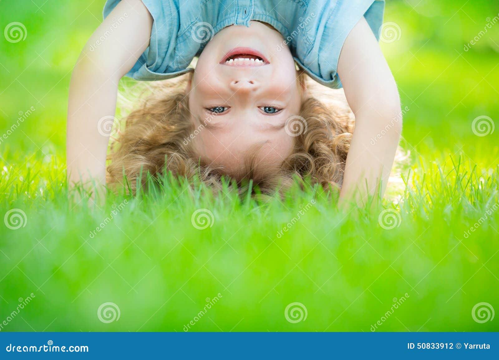 De bevindende bovenkant van het kind - neer