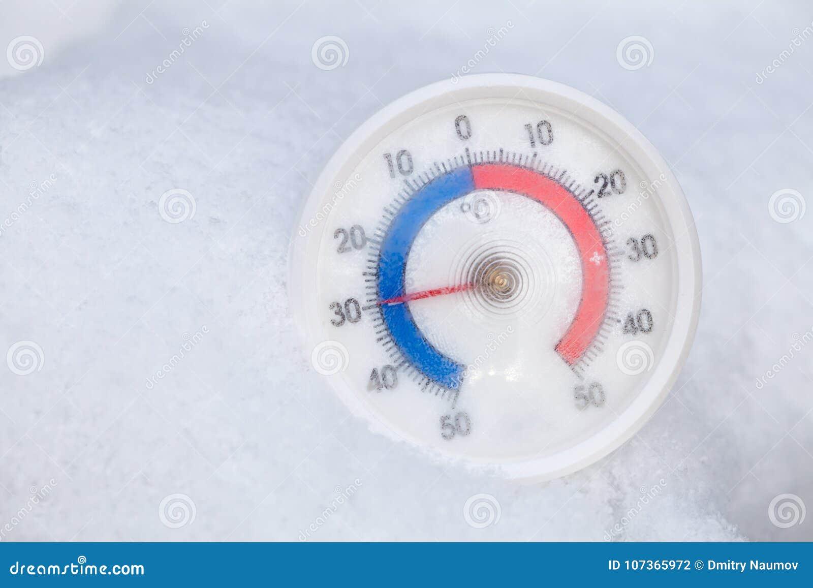De bevroren thermometer toont minus 30 Celsius-graad extreme koude wi