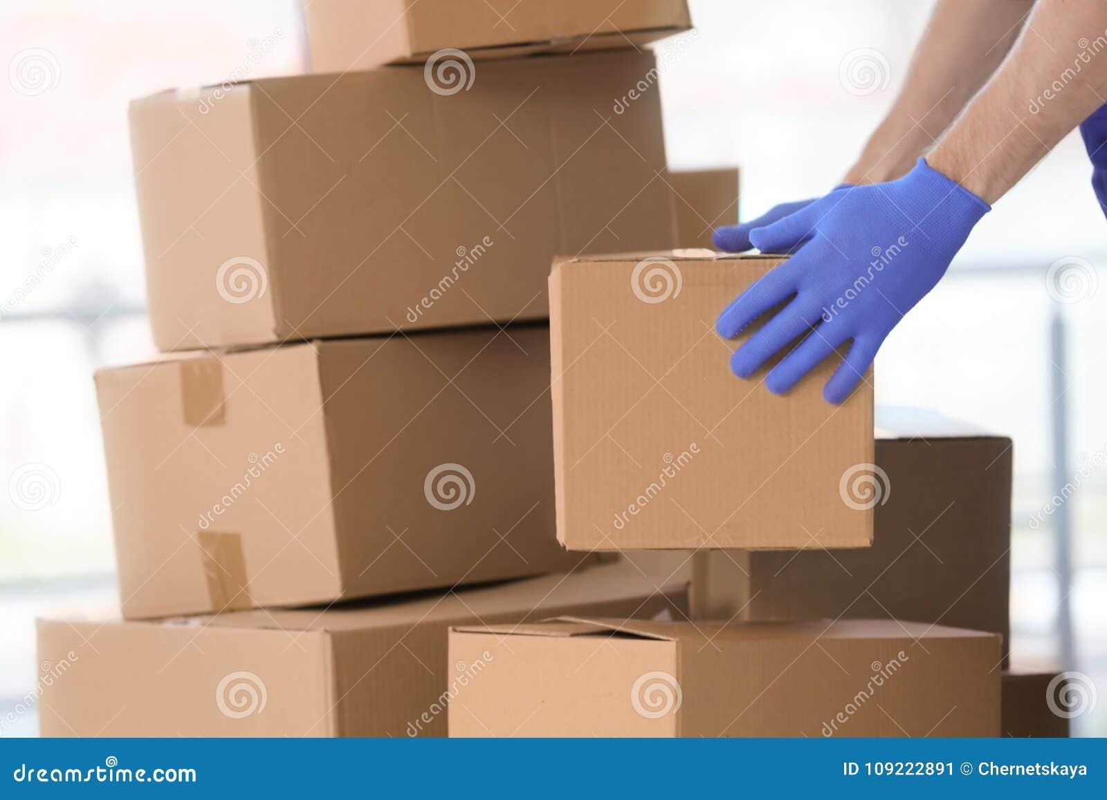 De bewegende dozen van de leveringsmens