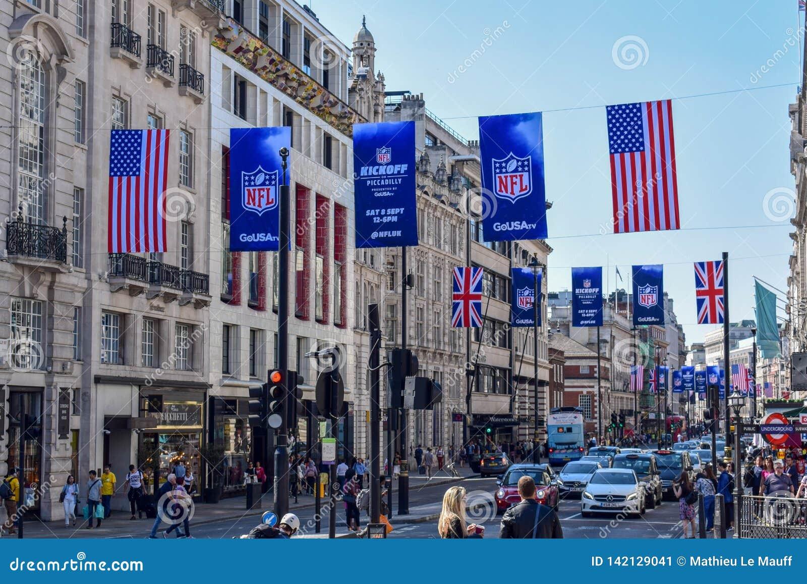 De bezige Straat van Londen met Amerikaanse Voetbalbanners en Vlaggen