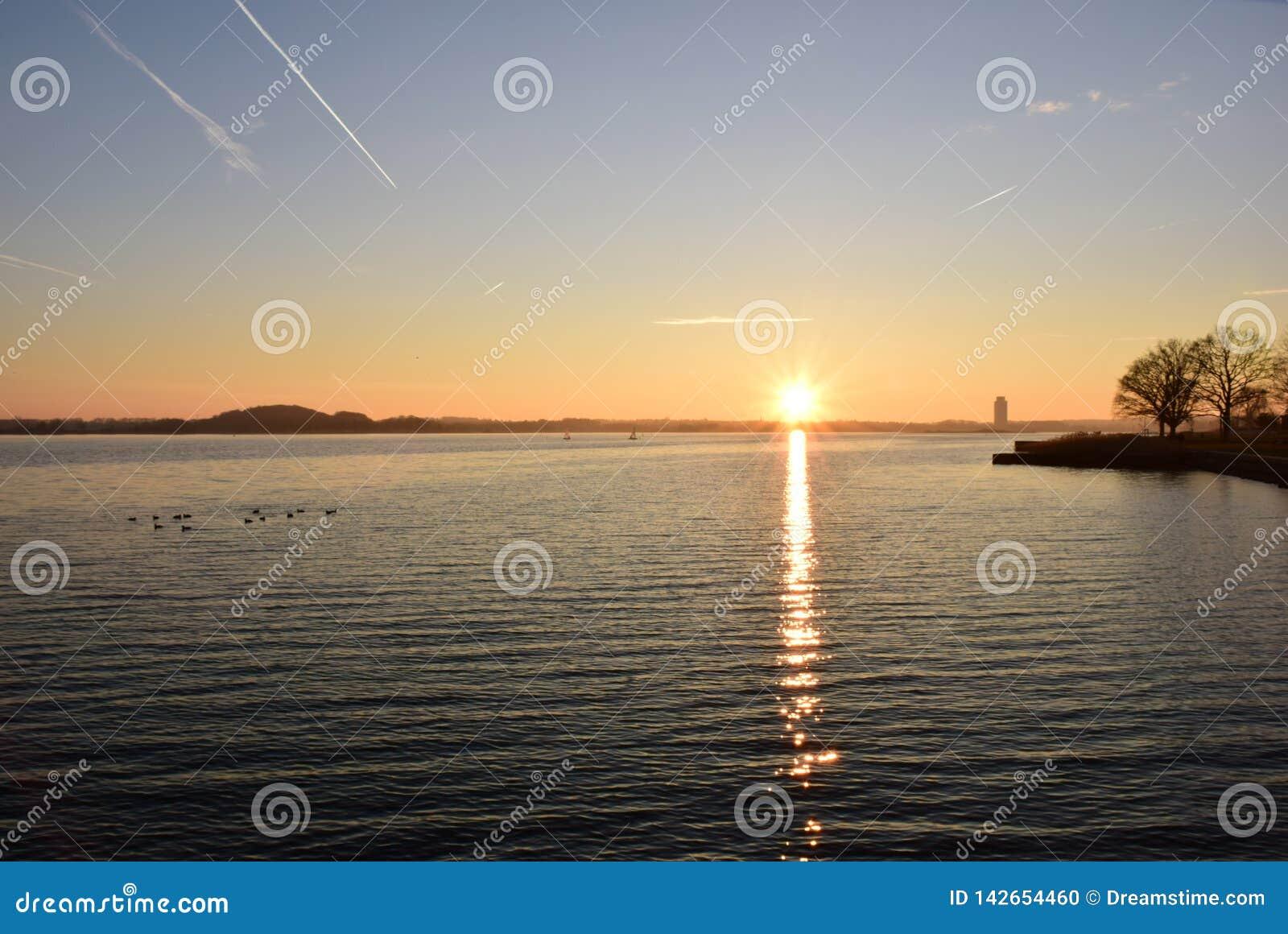 De bezinning van de zon bij zonsondergang