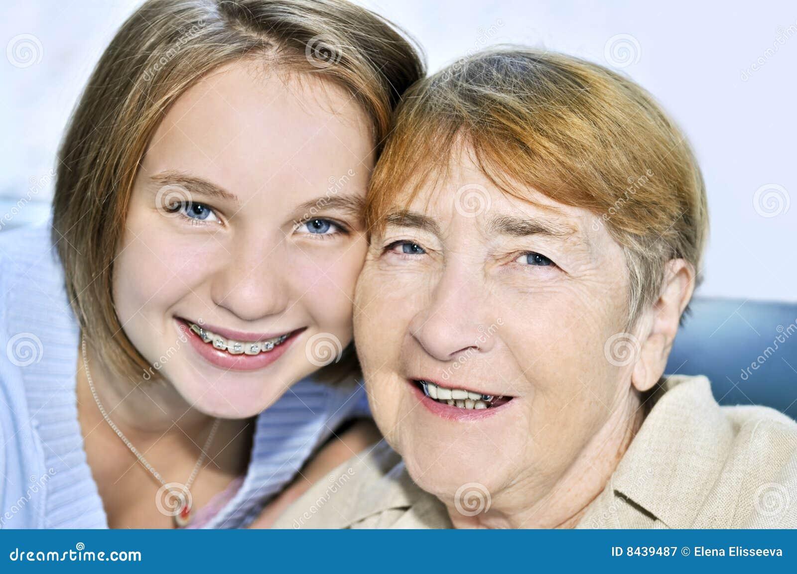 De bezoekende grootmoeder van de kleindochter