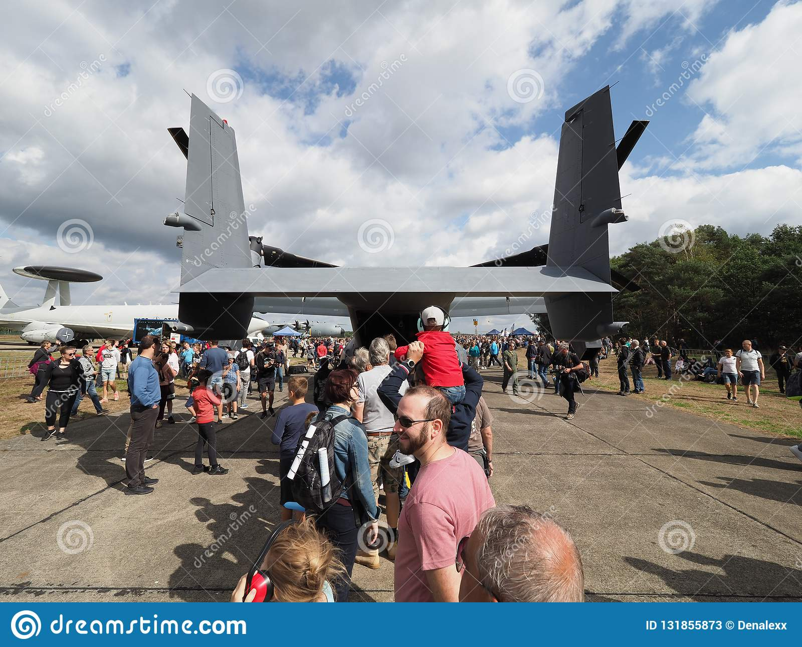 De bezoekers wachten in lijn om het ladingsgebied van een Visarend cv-22 van de Luchtmacht van de V.S. te bekijken