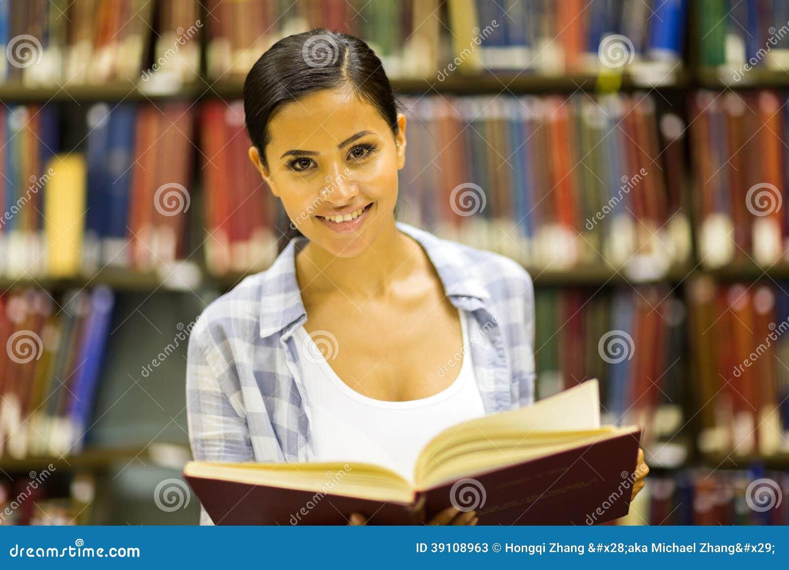 De bibliotheek van het universiteitsmeisje